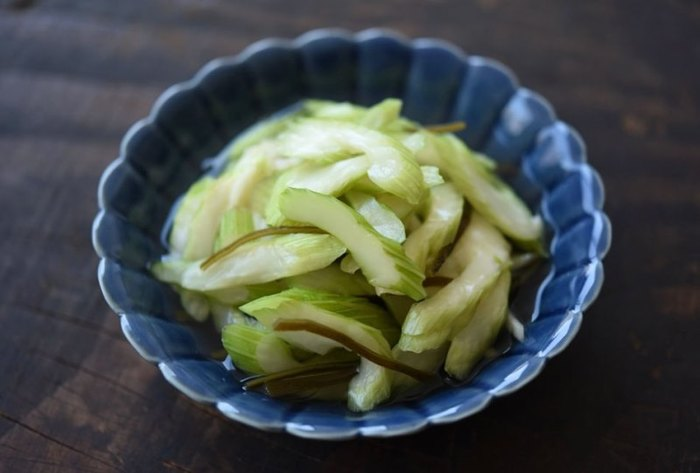 セロリは好き嫌いが分かれる野菜ではありますが、それだけで香り高い野菜でもあるのでシンプルな味付けだけでOK!調理時間10分程度で冷蔵庫で4~5日保存できるのでセロリ好きな方は常備菜として是非。