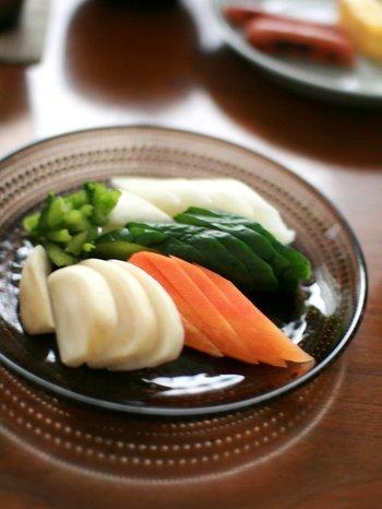 ぬか漬けとはその名前の通り米ぬかを使って漬けた漬物のこと。発酵して植物性乳酸菌となるので腸内環境を整え、体にもいいことがたくさんあるんですよ。野菜に含まれている熱に弱いビタミン類を加熱することなくそのまま体に取り込めるのも嬉しいですね。