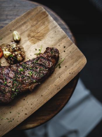 お肉の焼き加減は主に ・レア ・ミディアムレア ・ミディアム ・ウェルダン の4種類。約3割程度の火入れしたものがレアで、ミディアムレアは約5割。ミディアムは7割程度で、しっかり火を入れた焼き方がウェルダンになります。人によって焼き具合の好みも違うので、自分の好きな焼き具合を発見してみてくださいね♪