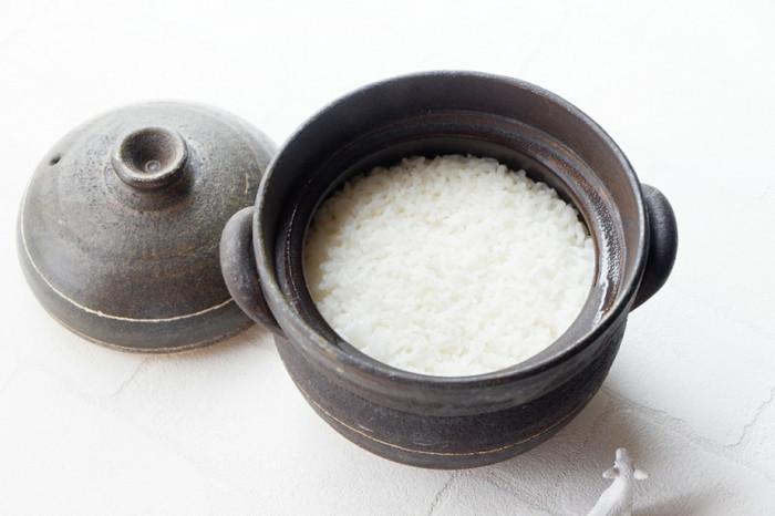 はじめにご紹介するのは、新潟県魚沼市の豊かな水源で栽培された魚沼産コシヒカリ「よこね米」です。「よこね米」は日当たり・水・昼夜の寒暖差など、お米作りに最適な環境が整っている横根地区で育てられた最高級米です。横根地区の農家さん一人一人が丹精込めて生産し、一つの田んぼからとれたお米だけを袋詰めして販売しています。