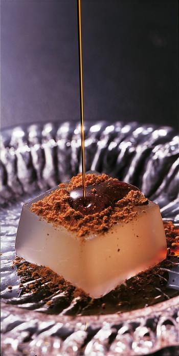 続いてご紹介するのは、本葛ならではの滑らかな食感が楽しめる葛餅に、濃厚な黒蜜と香ばしいきなこを添えた坂利製麺所の「吉野の葛餅」です。奈良県・吉野山の旧家に伝わる葛餅の味を、餅職人に依頼して再現した一品。涼し気な見た目が夏にぴったりのスイーツです。
