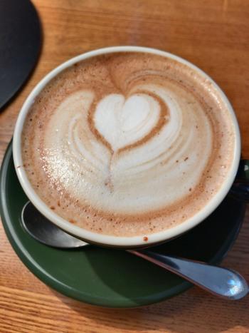 """お店の窓ガラス書かれた""""COFFEE、TEA、FOOD、SWEETS、ON RELAX""""にもあるように、コーヒーなどのドリンクや、ランチ、スイーツなどが万遍なく楽しめます。メニューはどれもおしゃれなデザイン。心がほっこりするラテアートも素敵です。""""ON RELAX""""というコピーもお店のコンセプトにぴったり♪"""