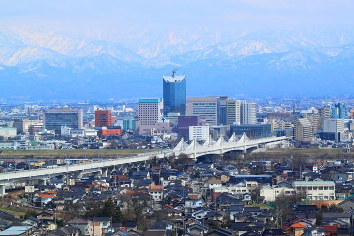 東京から富山までは、北陸新幹線に乗れば約2時間で行くことができます。週末は少し羽を伸ばして富山まで、おしゃれカフェ巡りに出かけませんか♪富山には、古民家や見晴らしのよい丘の上のカフェなど、素敵なスポットがたくさんあります。ヘルシーランチや手作りスイーツなど、それぞれの個性あふれるカフェグルメも魅力満載。ぜひお気に入りの穴場カフェを見つけてみてくださいね。