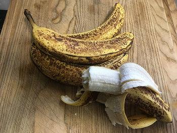 バナナは表面に濃い茶色の斑点が出てきたときが完熟期で、バナナの食べ頃と言われます。シュガースポットと呼ばれますが、加えて栄養価の期待が高まると言われることも。ですが、同時に賞味期限が近づいているサインでもあるのです。