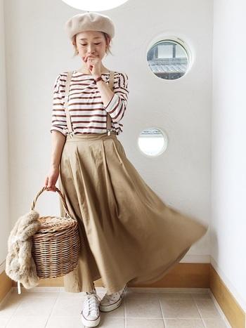 ふわりと広がるスカートに、ブラウン×ホワイトのボーダーカットソーを合わせたカジュアルコーディネート。可愛らしく軽やかな着こなしが素敵です。
