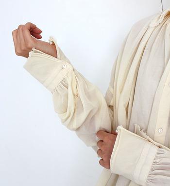 パリッと張り感のある生地や上質な素材を取り入れれば、薄いシャツやブラウスでも、1枚で上品に大人っぽく着こなすことが出来ます。