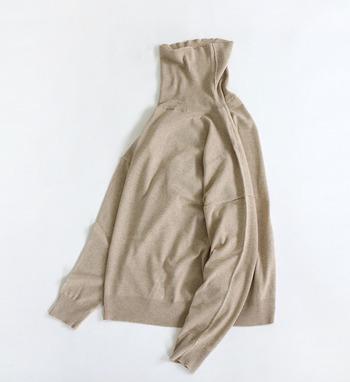 薄手で透け感のあるニットなら、夏の終わりから秋の始まりにかけても、軽やかで暑苦しくならずに着ることが出来ます。