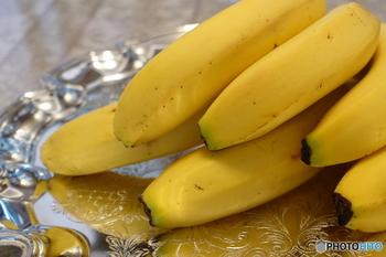 バナナは、ビタミンやミネラル、食物繊維などさまざまな栄養素が含まれているフルーツです。ミネラルでは、カリウムやマグネシウムが豊富。むくみ解消などへの働きが期待されています。ビタミンでは、美容ビタミンと呼ばれるビタミンB2,B6などが含まれていますよ。  また、豊富に含まれるトリプトファンは、体の中でセロトニンに変わる特徴も。セロトニンは、リラックス効果が期待されるホルモンです。ゆったりと過ごしたいときは片手にバナナを。