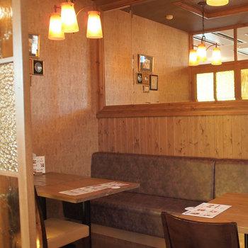 個室エリアもあるため、子供連れでも使いやすいカフェです。  全体にウッディの優しい雰囲気があり、過ごしやすそうですね。