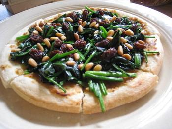 松の実とオーガニックほうれん草のピザや、