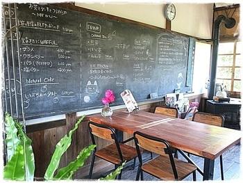 内部は昔の小学校を思わせるインテリア。  アイアンや黒板、ウッドなど、ライトなヴィンテージ感がある素敵な空間ですね。