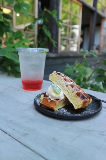 メニューはお菓子とドリンクがメイン。  焼きたてのお菓子やバラソース(福山はバラで有名)の入ったドリンクなどが人気ですよ。