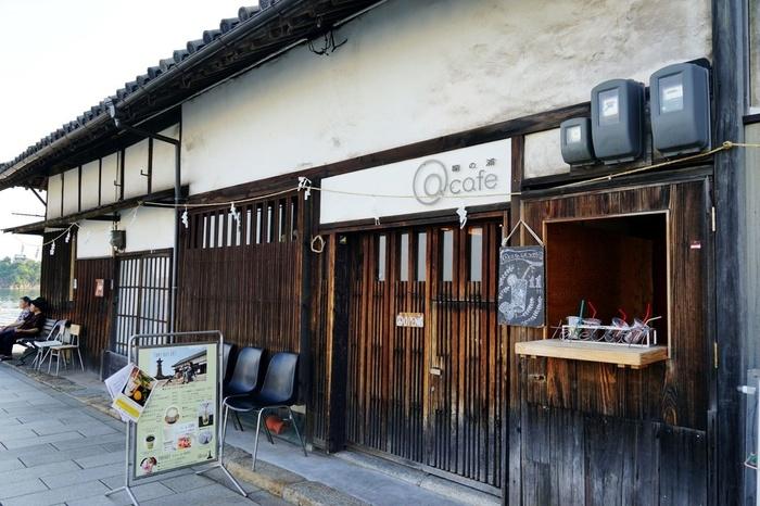 福山のなかでも観光客が多い鞆の浦。  鞆のシンボルでもある「常夜灯」のすぐ横にある古長屋を改築して作られたカフェです。