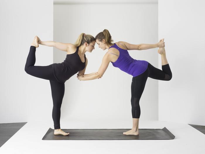 外での運動は熱中症などの原因にもなるのでおすすめできませんが、室内でもできる軽い運動はやはり体調を整えてくれます。ヨガやストレッチ、筋トレなどは続けて行いたいものです。朝起きたら室内でラジオ体操をするのもいいかもしれません。