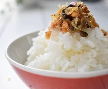 甘味噌で味付けしたちりめん山椒にアーモンドを加えたコクのあるふりかけ。ご飯の熱で温められた山椒の香気が食欲をそそります。