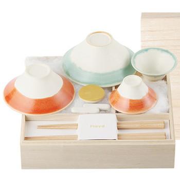 伏せた姿が美しい富士山を象ったお茶碗。おめでたいデザインなので、節目の年などに買い替えてみるのもおすすめです。