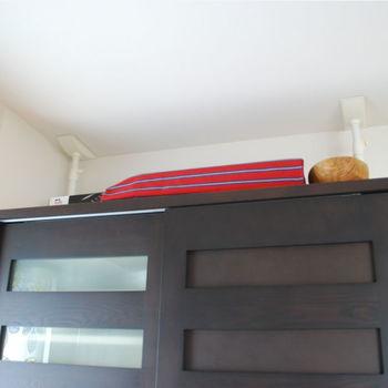 寝ているときの被災は、倒れてきた家具で被害が大きくなることが。倒れやすいもの、落ちてくると危険なものを置かないことが鉄則ですが、置く場合は倒れてきにくい工夫が欠かせません。