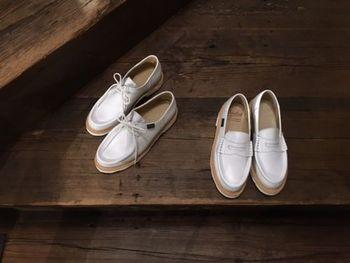 レザーシューズの重厚感を抑えたい場合は、軽やかなホワイト系を選んで。パンツと同じに色にすることで足長効果も期待できます。