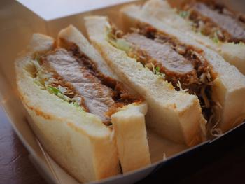ふんわりとソフトな食パンは軽くトーストされ、サクサクっとした揚げ衣の食感も心地良く、豚肉は、旨味と甘味たっぷり。  シャキシャキとした千切りキャベツも、甘辛く酸味の効いたソースも素晴らしく、全てが渾然一体となった味わいは、カツサンドならでは。  出来たても素晴らしいですが、冷めてパンと具が馴染んだ味も美味。3切れでもパンも肉も厚みがあるので食べ応え十分。お手拭きもマスタードも付けてくれるので、テイクアウトでも快適に頂けます。