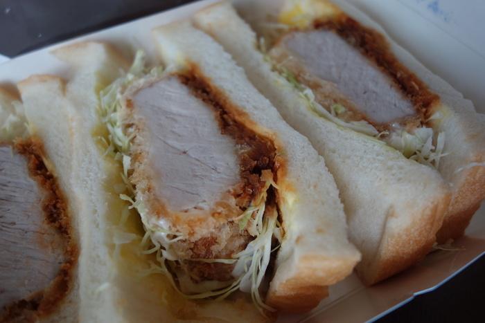 『銀かつサンド』は、先に紹介した宮ノ下の富士屋ホテル「PICOT本店」の食パンを用いた絶品のかつサンドです。  カツに用いられているのは、繊細で良質な肉質の「和豚もち豚」。驚く程に分厚いカツは、米油100%でカラリと揚げられ、熱々のままにパンに挟まれます。