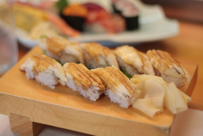 箱根で屈指の人気を誇る寿司店「はこねずし」は、毎朝沼津から買い付ける新鮮なネタが自慢のお店です。  握りやちらしもリーズナブルで美味しいと評判ですが、一番人気は、ふんわりとして口の中でとろける『穴子寿司』。甘み控え目の特製ダレと柚子の香りが爽やかな絶品寿司です。