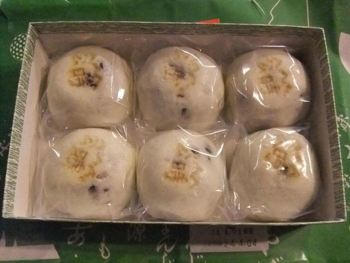 仙石原の「松月堂菓子舗」は、優しくほっとする味わいが魅力の老舗和菓子店。  箱根名物、仙石原の銘菓として有名な『公時山まんじゅう』は、この店一番の名物。地元ゆかりの坂田金時(金太郎)にちなんで生まれた饅頭です。