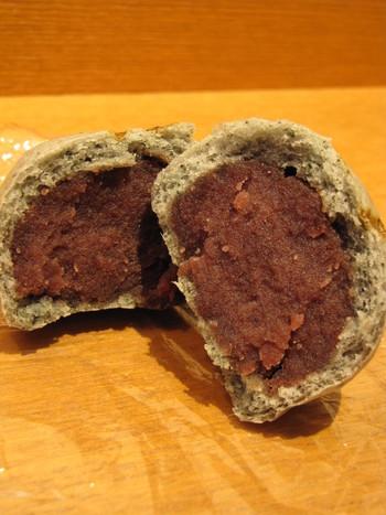 """『大文字まんじゅう』は、小豆餡がたっぷりと詰まった温泉饅頭。小田原産の紫蘇を練り込んだ生地で粒餡を包んだ""""しそ""""と、新芽のよもぎとこし餡の""""よもぎ""""の2つの味があります。  どちらも素材の風味が活きて、小豆餡たっぷり。リーズナブルな価格でも、ボリュームがあり、食べ応えがあります。饅頭好きなら、試して頂きたい逸品です。"""