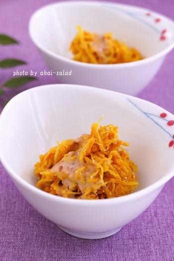 こちらは、胡麻だれやマヨネーズを使ってコクをプラスした和え物。黄色の食用菊が白い小鉢によく映えます。