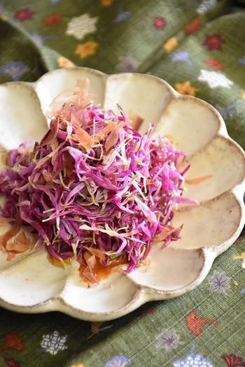 定番ですが、菊のおいしさをストレートに味わう事ができるおひたしのレシピ。ピンクがきれいな「もってのほか」に、出汁、醤油、きび砂糖、かつお節を加えて作る和え物です。