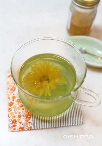菊花茶は中国茶にもありますが、食用菊で手作りする事も可能。ストレートで飲むほか、緑茶やゆず茶と合わせておもてなしのときに華やかな雰囲気を演出する事もできます。