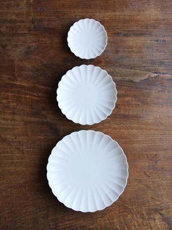 定番の菊花皿は洗練された優美なデザイン。3つのサイズ展開で和食にも洋食にも似合いますので、菊モチーフの食器を揃えるなら最初はこちらがおすすめです。