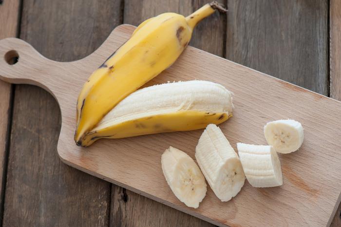 食べ頃のバナナが余っているときには、冷蔵庫で保存するのがおすすめ。一時的に保存したいときには、新聞紙で皮ごと包んでビニール袋に入れて冷蔵庫で、できれば縦置きにして保存しましょう。長めに保存したいときには、皮を向いてラップにくるむor食べやすいサイズに切ってからタッパーなどに入れて冷凍庫で保存しましょう。解凍して使うほか、凍ったままバナナアイスとして食べる方法もありますよ♪