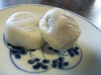 『五郎稚児まんじゅう』は、工藤祐経の敵討ちで知られる曽我兄弟の弟が、幼少時に好んで食べたと伝わる菓子にちなんで生まれた饅頭です。  もろみの入りの薄皮の中には、こし餡がたっぷり。上品な甘みとモチッとした食感、素朴な味わいが魅力のお饅頭です。