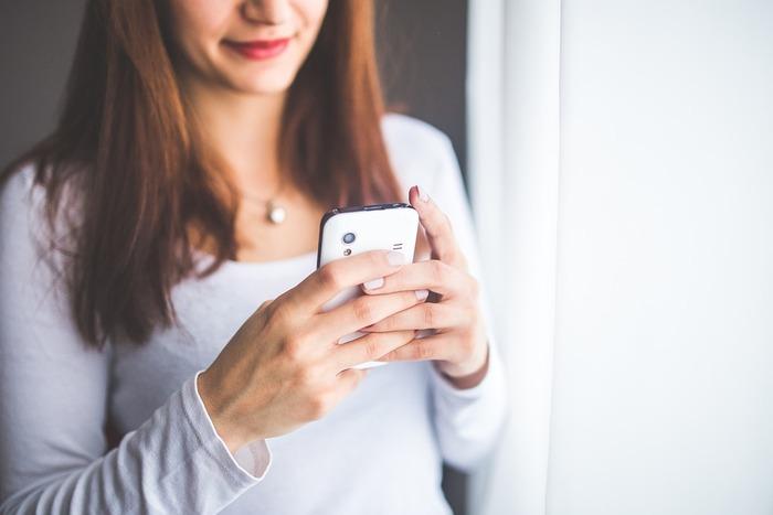 寝る前のSNSチェックが習慣の人は、すぐにやめましょう。SNSは見ているだけでも、あっという間に時間が経ってしまうものです。SNSをチェックするための時間は日中に作るようにして、就寝前はスマートフォンを手から離すように努力しましょう。