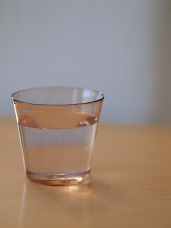眠る前に一杯の水を飲むのを入眠の儀式にしてみるのもいいですね。眠っている間に失われる水分のために、毎晩、寝る前に水を飲んでみましょう。冷たい水は胃を刺激するので、常温の水がおすすめ。白湯なら一層すんなりと胃に染みわたりますね。