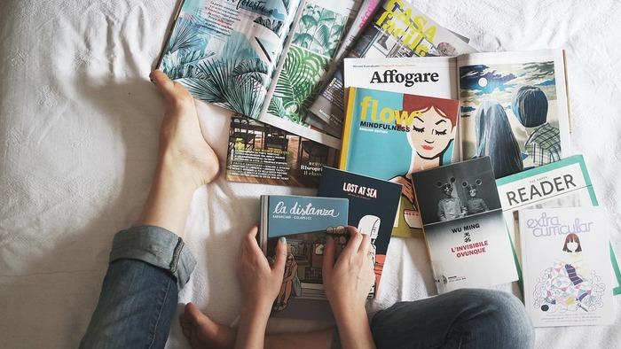 眠りにつくための儀式を決めておくと、心と体が自然と眠りに向かえるようになります。一度読んだことのある本や雑誌を眺めるのもいい方法。既視感のある内容なら、頭をフル回転させることなくリラックスして入眠できます。