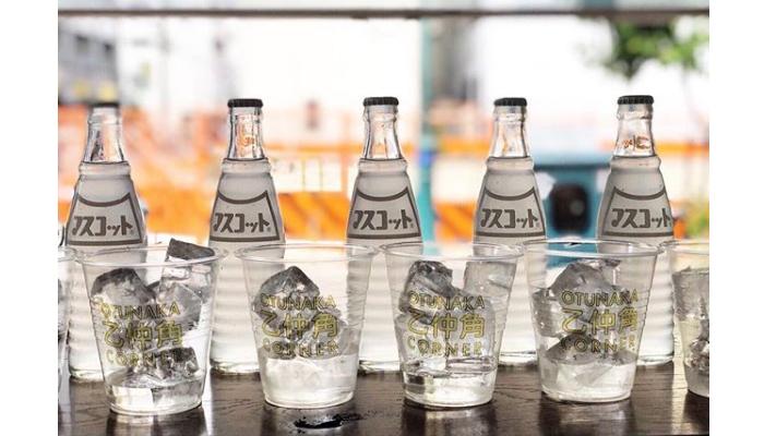 レトロな瓶も様になる「神戸マスコットチューハイ」での乾杯がじわじわ浸透してきているのだとか?! 夜は、お得なメニューがそろっているのも頼もしい。