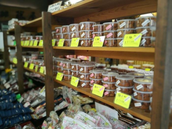 箱根の隣の小田原は、梅の名産地。「藤屋商店」は、小田原曽我の完熟梅を用いて、当地で梅干しを製造販売する老舗です。国道1号線沿いに店舗があります。