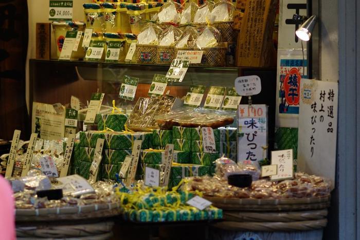 「村上二郎商店」は、紀州の梅を自社工場で作った梅干しが自慢の店。創業70年を超える老舗梅干店です。梅干しと一口にいっても、種類は様々。『極上5年物』や『昔ながらのすっぱい梅干し』、『カリカリ小梅』等など、常時20種類程の梅干しが所狭しと店内に並んでいます。