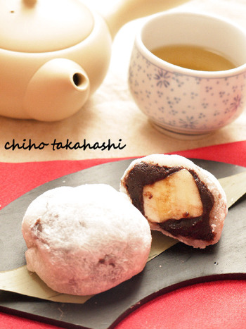 バナナとチョコレートのコンビでは、シンプルなチョコバナナがメジャーですね。こちらはチョコバナナを大福にして食べるレシピ。日本茶にも合う和スイーツです。大福の生地は、切り餅を使ってレンジで作るのでお手軽。