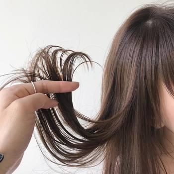 そうなると、髪の中に含まれている水分や栄養が流れ出てしまい、乾燥によるパサつきや枝毛、切れ毛、髪の色の退色が進んでしまうことも。どんなに美容院でキレイにカラーリングをしても、髪の紫外線対策を怠ってしまうとダメージによる髪色の退化で、美しい髪を維持することが難しくなってしまいます。