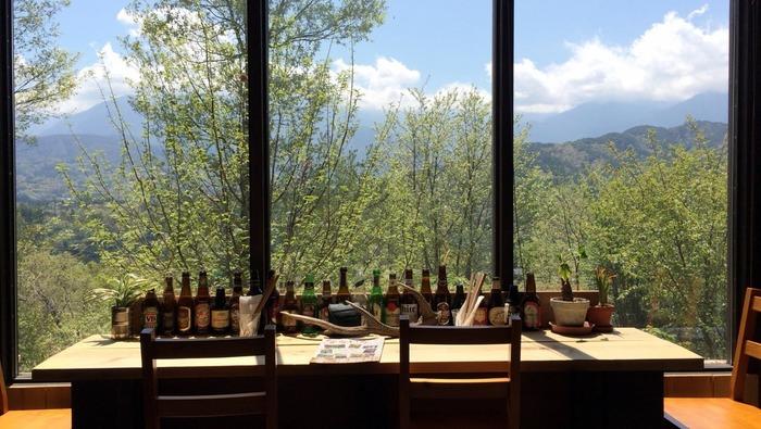 大きな窓からは、緑の木々と南アルプスが迎えてくれます。