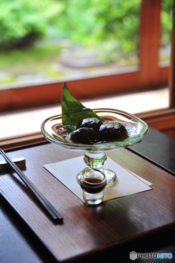 京都で随一と評判の「わらび餅」。わらび粉を100%使い、少量の砂糖だけを混ぜて作るわらび餅はもちもちとした歯応えがあり、添えられている沖縄産黒蜜との相性も抜群。お持ち帰り不可なので、ぜひ食べに訪れてください。
