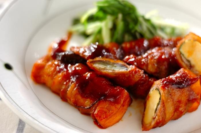 高野豆腐とナスを巻くことで豚バラがボリュームアップする、お財布にやさしいレシピ。大葉の香りとコチュジャン入りピリ辛ダレが食欲をそそります。