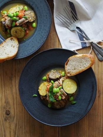 味付けは塩だけのシンプルさ。夏野菜たっぷりのさわやかなモツ煮込みです。それぞれの旨味や食感を楽しみながら味わいたい。