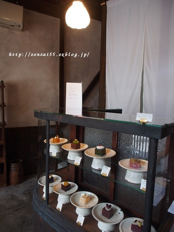 昭和2年創業、俵型のお団子で有名な京都の甘味処「梅園」。そんな老舗が2016年3月にオープンしたカフェで、芸術的なスイーツをいただくことができます。