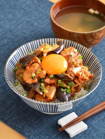 夏バテしがちな暑い日に、ガツンと元気を出したいスタミナレシピ。キムチの辛さにナスの自然の甘みがマッチします。