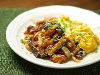 定番の味に飽きたら、こんな変わり種もおすすめ。チリソースのピリリとした辛みが心地よく、スクランブルエッグと食べるとちょうど良い感じに。