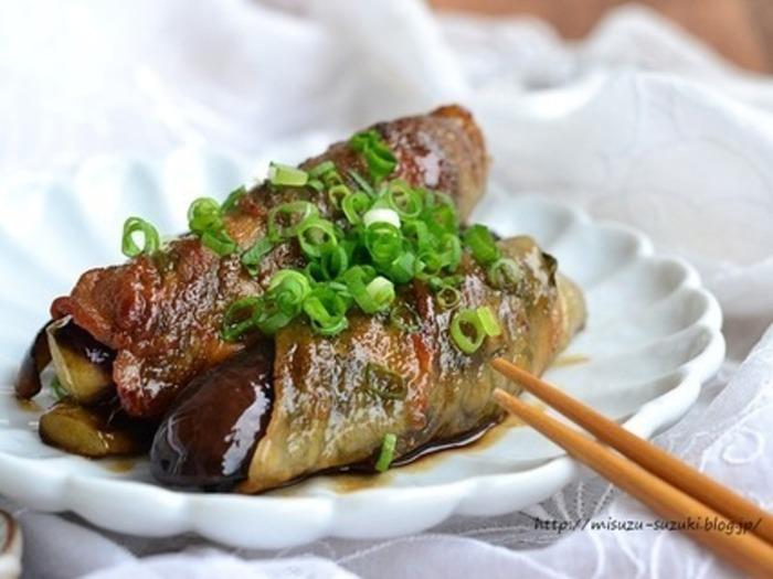 豚バラ肉、早煮昆布、なすの順において巻き、フライパンで焼き照り焼きのタレを絡めて。早煮昆布入りなので、水溶性食物繊維が豊富で栄養価もアップ。