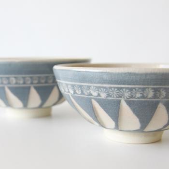 無色の釉薬に青い顔料を混ぜて作られた、柔らかい色味の清水焼。伝統的な三島模様と「削ぎ」の技法で生み出されたデザインは飽きが来ず、長く使えそうです。